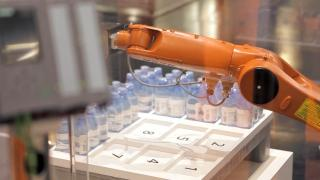Robot for the pharmaceutical industry