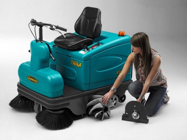 Compact ride-on sweeper EUREKA Tigra 10