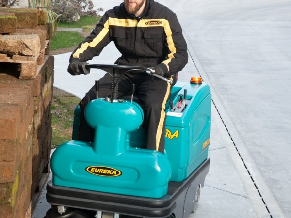 Compact ride-on sweeper EUREKA Tigra 7