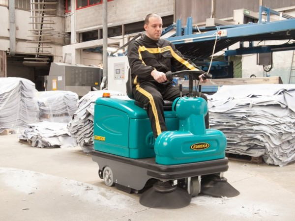 Compact ride-on sweeper EUREKA Tigra 3